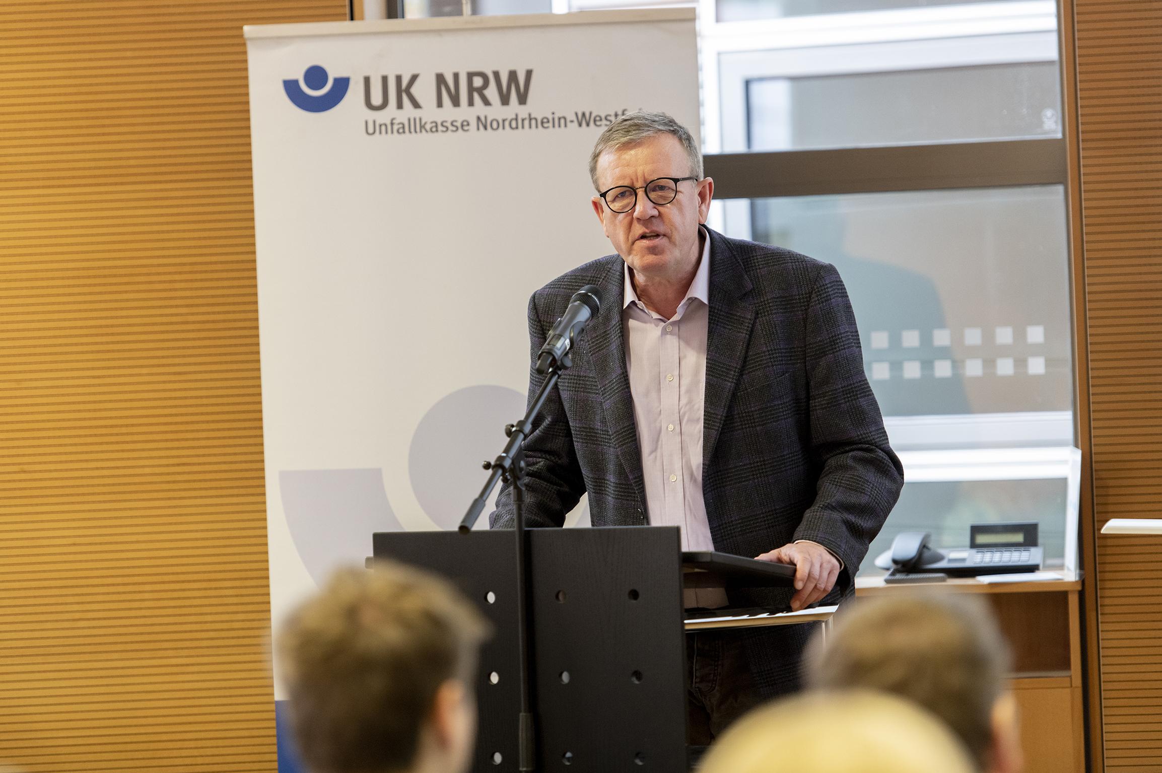 Uwe Meyeringh gratuliert den Preisträgern des Go Ahead Wettbewerbs der Unfallkasse NRW